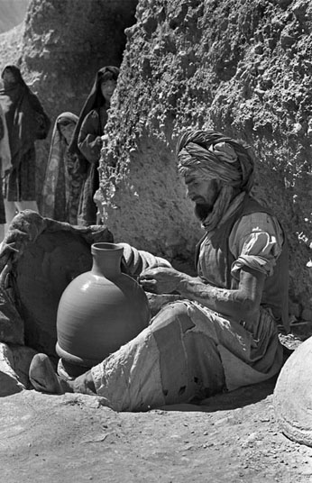 VILLAGE POTTER - BAMIAN, 1970